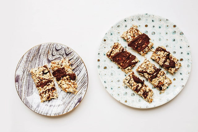 protein bars in plates